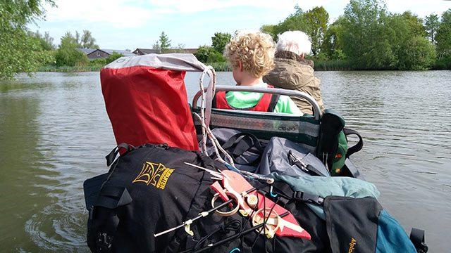 CAMPINGS KAMPEERPRAAT NEDERLAND  Vlotkamperen, met drie generaties op een kampeervlot