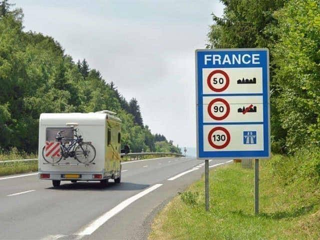 Hoe snel mag je rijden met een aanhanger, caravan of vouwwagen in Europa?
