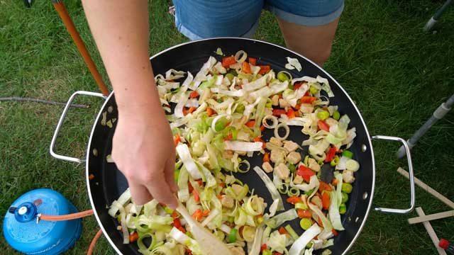 CAMPING RECEPTEN  Paella Braai Recept: Snelle zomerse vega roerbakschotel met lychees