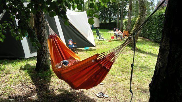 KAMPEERHACKS KAMPEERTIPS UITRUSTING  Hangmat ophangen zonder boom op de camping, zo doe je dat!