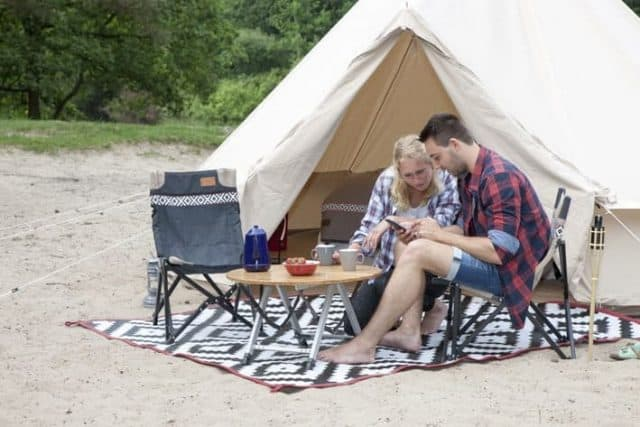 CAMPER & CARAVAN KAMPEERMEUBELEN TENT & VOUWWAGEN  14 hippe buitenkleden om je tuin of tent te pimpen!