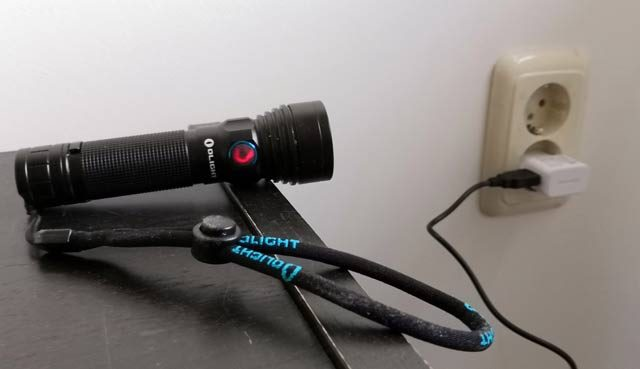 KAMPEERUITRUSTING  Olight R18 Pro Review oplaadbare felle LED zaklamp