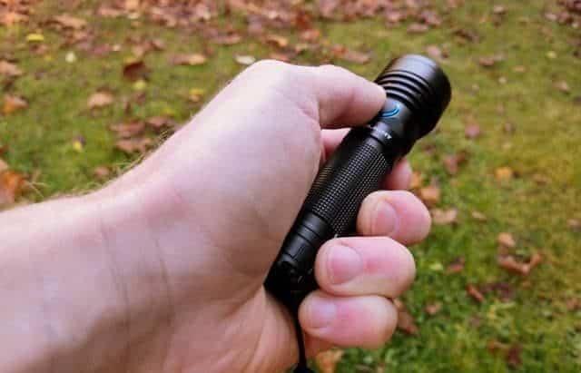 KAMPEERTIPS UITRUSTING  Olight R18 Pro Review oplaadbare felle LED zaklamp