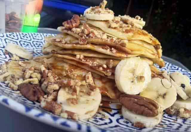CAMPING RECEPTEN KOKEN OP DE CAMPING  Campingrecept: Banana pancakes met pecan en chocola