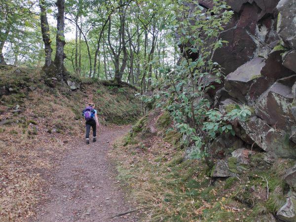 Wandelen langs rotsen op de Saarschleife Tafeltour