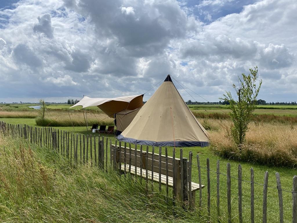 11.c Tipi tent in het veld minicamping Friesland